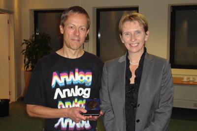 Van Deenen medallist 2009 Gunnar von Heijne has received the van Deenen medal from Prof. Judith Klumperman.